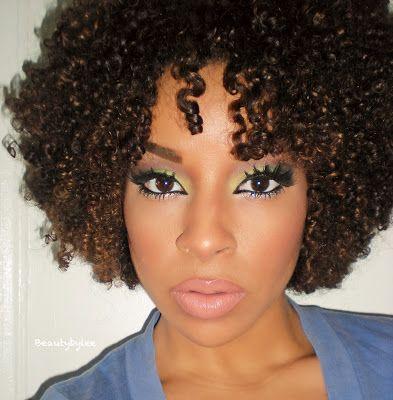 Des boucles naturelles et un maquillage du plus bel effet.