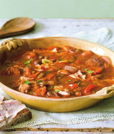 Předem si bílé fazole namočíme. Po pár hodinách namočené fazole zalijeme vodou, uvaříme doměkka a scedíme. Výv...
