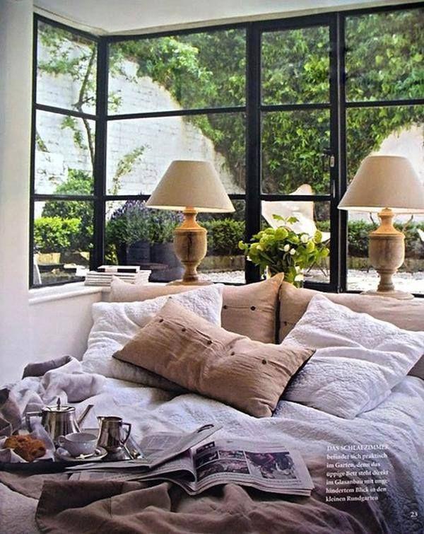 Maravillosas ventanas de aire industrial con vistas al jardín