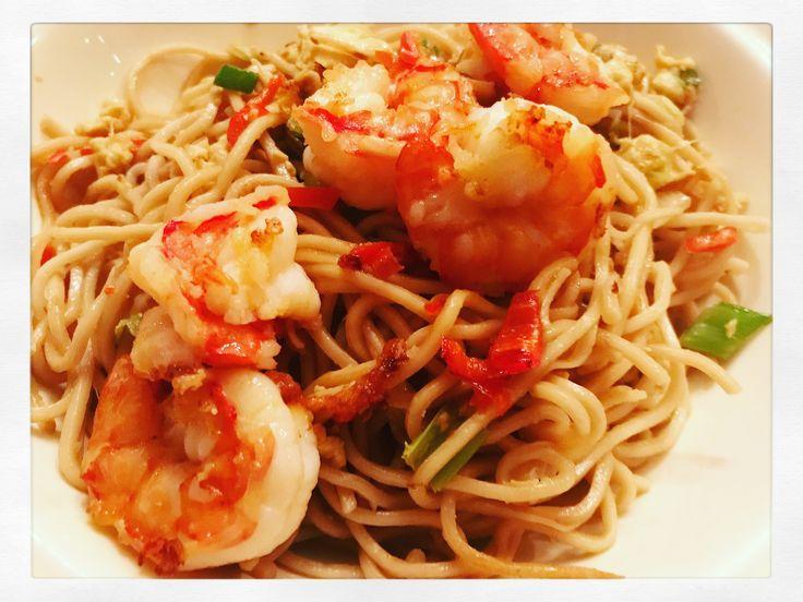 Chow Mein met gewokte knoflook garnalen