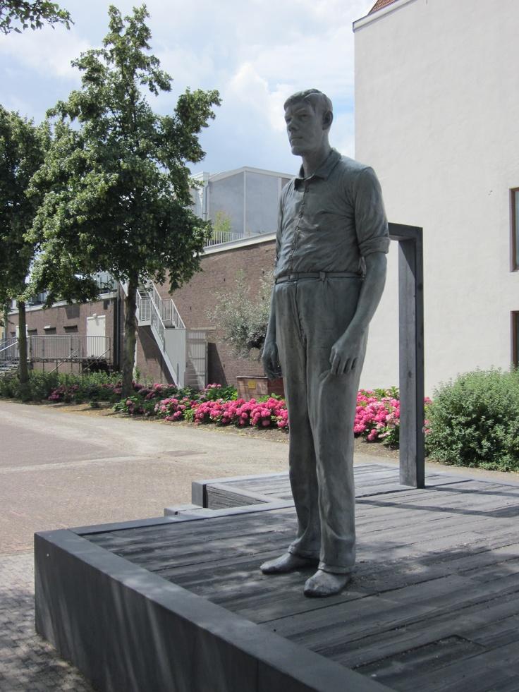 Het enorme standbeeld in het park het Oude Westen is een eerbetoon aan Rigardus Rijnhout (1922-1959). Het is een van de grootste mannen die ooit in Nederland heeft geleefd. Door een groeistoornis werd hij maar liefst 2 meter 35 lang, woog 230 kilo en had schoenmaat 62.