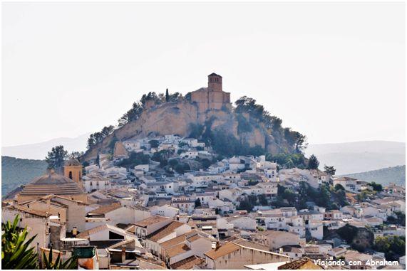 Castillo de Montefrío, Granada, La portada en sí, está conformada por un ordenamiento de pilastras dóricas de fuste continuo y capitel con ovas y dardos y las consabidas cabezas de clavos en el arco y por encima, un frontón recto.