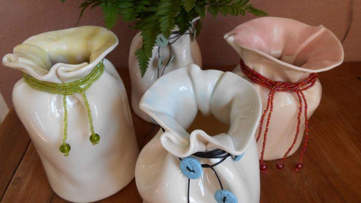 Baggy-vaser i porcelænsler med indfarvede porcelænsknapper i matchende farver til glasuren i kanten.