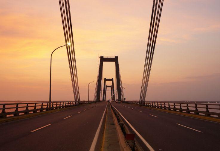Mengintip Pesona Matahari Terbenam Di Jembatan Gentala Arasy