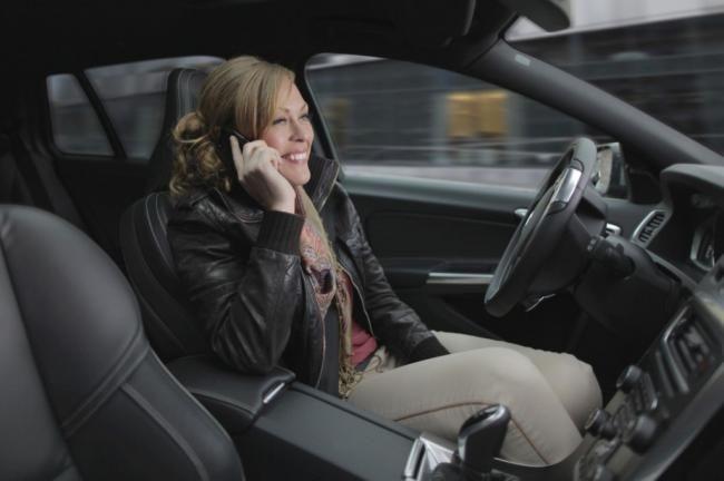 Di Swedia Boleh Nyetir Sambil Telponan - Vivaoto.com - Majalah Otomotif Online