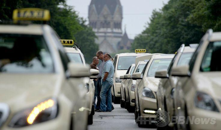 独ハンブルク(Hamburg)で、配車サービス「Uber(ウーバー)」への抗議デモで道路を封鎖するタクシー運転手たち(2014年6月11日撮影)。(c)AFP/DANIEL REINHARDT ▼12Jun2014AFP|ロンドン・パリ大混乱、タクシー運転手が配車アプリに抗議 http://www.afpbb.com/articles/-/3017484