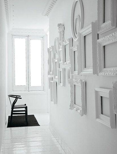 中身がなくたってフレームだけを飾るとそれはそれで立派なアート。同じ色に塗ると、とても立体感のある壁に。