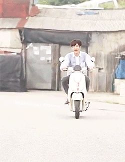 the moment when he realizes the brakes doesnt work.....HAHA EXO CHANYEOL #chanyeol #hisfacescreamshelp #priceless