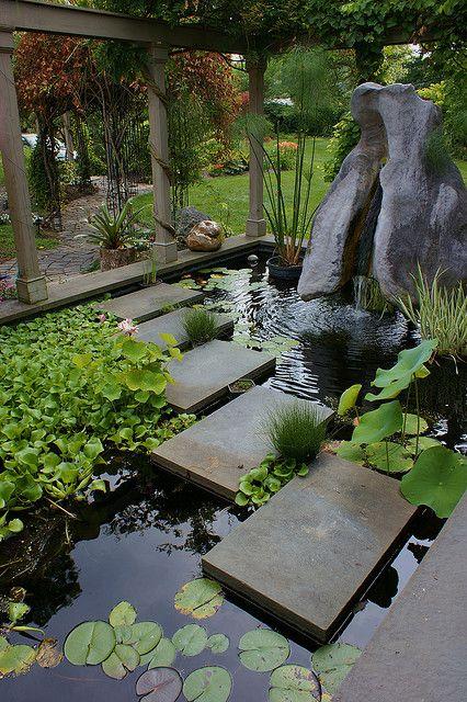 Vous souhaitez passer au-dessus de votre bassin mais l'idée habituelle d'un petit pont ne vous plait pas? Pensez à utiliser des pas japonais qui affleurent à la surface de l'eau.