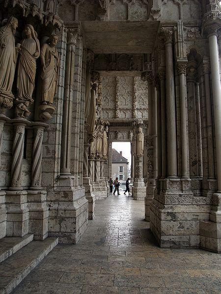 Cathédrale de Chartres - Narthex : (appelé parfois antéglise ou avant-nef), portique interne ménagé à l'entrée de certaines églises paléochrétiennes ou médiévales. C'est un espace intermédiaire avant d'accéder à la nef proprement dite. Ce vestibule transversal peut être au-devant du portail, ou entre le portail et la nef (Vézelay), ou faire partie intégrante de la nef. Contrairement au porche, il est généralement ouvert sur la nef mais clos sur l'extérieur par des portes et fenêtres.