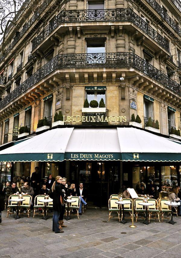 Les Deux Magots - Le café est un célèbre.  Maintenant, un populaire site touristique,