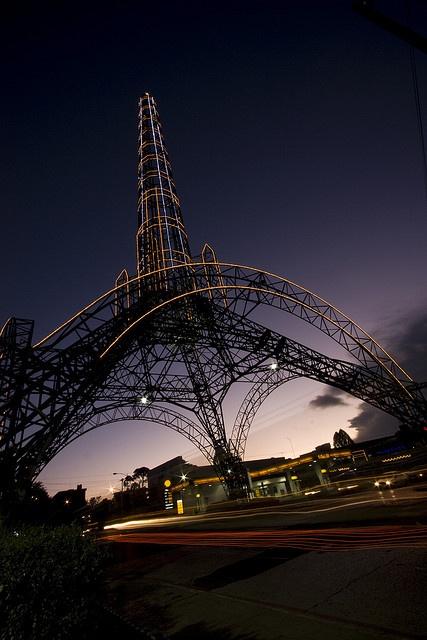 """Reformador Tower en Guatemala City! Me parece que """"Eiffel Tower"""" en Paris, France.  Ellos son muy brillante!  El ciudad es muy bonita en la noche!"""