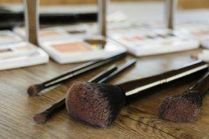 Pentru femei, un magazin de cosmetice este raiul pe pamant, iar un salon cosmetic poate fi considerat un laborator al frumusetii. Fetele sunt atrase de produsele de machiaj de la 12-13 ani, iar Internetul si vlogosfera le ofera lectii pentru folosirea corecta a acestora. http://destinatii.net/sa-aleg-o-cariera-de-makeup-artist/