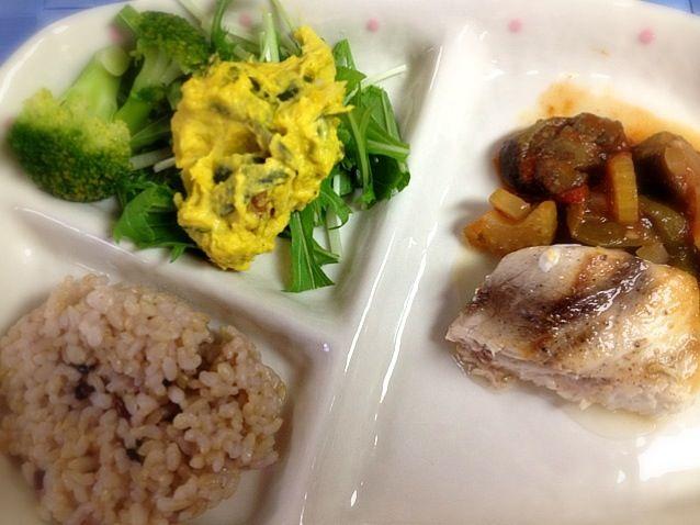珍しく洋食です(^^) - 1件のもぐもぐ - めかじきのソテー ラタトゥイユ添え、かぼちゃサラダ、玄米ごはん by TTommy