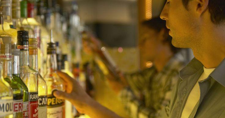 Por quanto tempo se pode deixar uma garrafa de bebida aberta?. De acordo com o site TheKitchn.com, a vida média de uma bebida destilada forte que foi aberta é de seis a oito meses. Depois disso, especialmente se a tampa tiver sido aberta muitas vezes, o álcool começa a evaporar e a bebida pode ficar insípida.