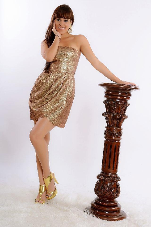 Vestido strapless de brocado de seda dorado corte tulipan y drapeado en la falda de manera envolvente. #moda #mode #fashion #style #women #luxury #carlodecarrasco info: www.facebook.com/carrascoatelier