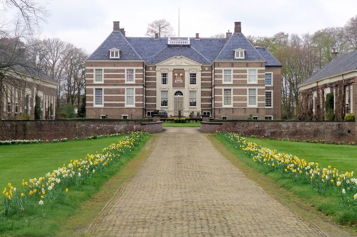 Het midden in het centrum van de stad gelegen Huize Almelo is in de 12e eeuw als waterburcht gebouwd. Het werd voor het eerst in 1328 vermeld en is nadien diverse keren herbouwd. Het huidige pand dateert van 1652 en bestaat uit een centraal U-vormig tweelaags pand met aan de voorzijde een binnenplaats. De voorgevel is iets naar voren geplaatst.