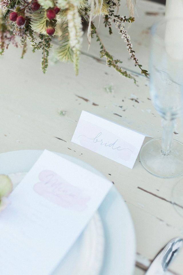 Mooie kleuren voor je tafeldecoratie #bruiloft #trouwen #diner #menu #naamkaartje #bestek #inspiratie #bloemenkrans #styled #shoot #zee #natuur #fashion #bohemian #new #sealand #sea #ocean Cliffside styled shoot in Nieuw-Zeeland | ThePerfectWedding.nl | Fotografie: Anne Paar Photography
