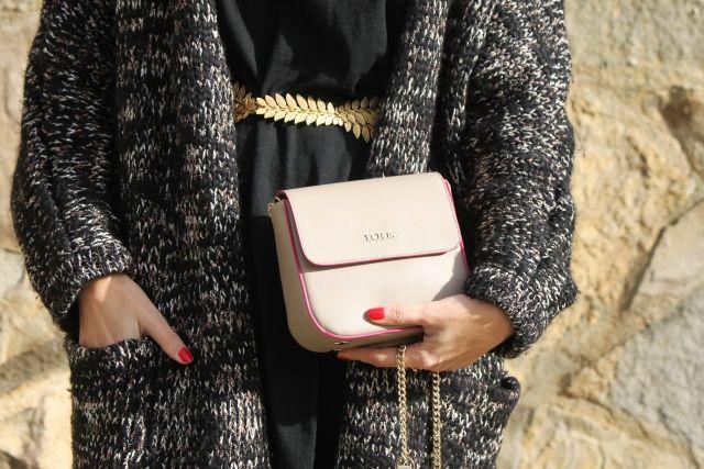 Trendy Look. Look con vestido negro. Look con bolso Tous. Look con pendientes. A trendy life. #trendy #dresslook #lbd #blackdress #goldenbelt #earrings #knitwear #details #theamitycompany #belair #legorburuatelier #tous #mark&spencer #outfit #fashionblogger #atrendylife www.atrendylifestyle.com