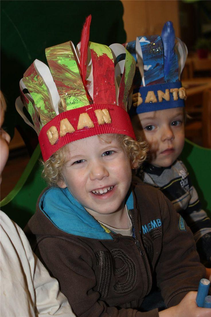 Donderdagmiddag mochten we in lange optocht naar de kiosk en wie zagen we daar?  Sint en Piet in hun koets... samen zongen we een liedje en ...