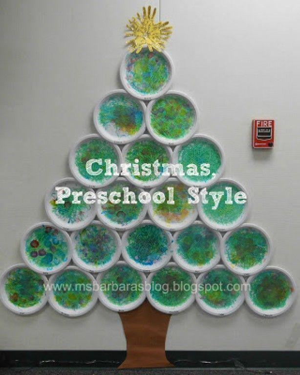 gele en blauwe verf, 2 knikkers, papierenbordje. knikkers in de verf, met lepeltje eruit vissen. 2 knikkers op het bord en laten rollen -> er ontstaan groene vlakken. Dit tot bord vol is. volgende dag rode, ... verf en pompom. deze erin dopen en 'kerstballen' stempelen. Borden schikken tegen de muur