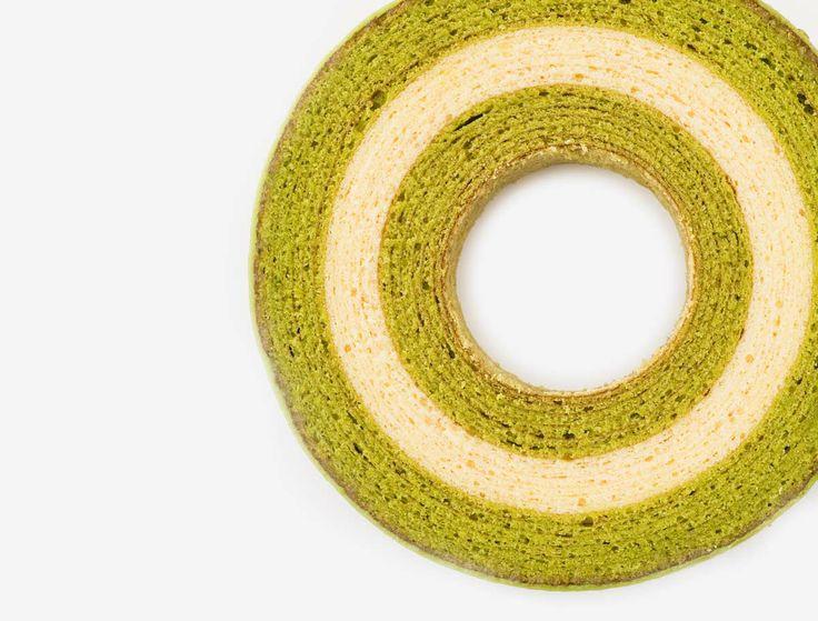"""京ばあむ 抹茶と豆乳の新しい出会い 「しっとりほわほわ…」柔らかバウムクーヘン。天保七年創業「森半」の香り高い宇治抹茶の層と、京都産の豆乳の層が色鮮やかなソフトタイプのバウムクーヘンです。外側の抹茶フォンダンがより一層、抹茶の深みを与えます。 kyo Baum The new Kyoto representative cake. Kyo-Baum"""" is a moist and soft Baumkuchen colored gradation of green (MATCHA) and white (soy milk). MATCHA is high brand of tea produced in Uji, Kyoto and soy milk is made from natural springwater in Kyoto. """"京""""年輪蛋糕 抹茶與豆奶的京都奇緣。「質地綿密、口感潤澤…」「質地綿密、口感潤澤…」創業於天保七年的「森半」,以香氣撲鼻的宇治抹茶和豆奶帶出層次。鮮明的色彩形成強烈對比,口感則是屬於軟質的年輪蛋糕。"""