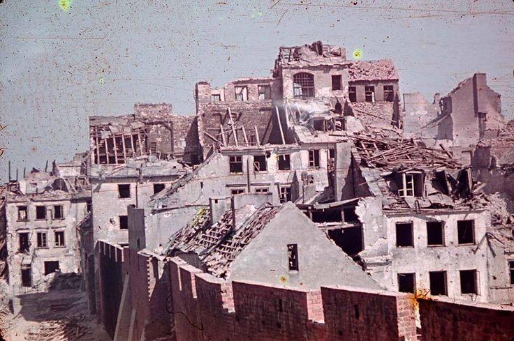 Stare Miasto ul. Podwale. Po lewej stronie możemy dostrzec barykadę na ul. Nowomiejskiej. W styczniu 1945 z widocznej na zdjęciu zabudowy powracający mieszkańcy mogli zobaczyć już tylko gruzy, bowiem cała została zrównana z ziemią. Zdjęcie wykonano w trakcie trwania Powstania Warszawskiego.    fot. Ewa Faryaszewska, sierpień 1944 rok.