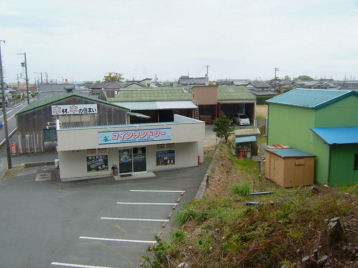 コインランドリーさんのオーナーである足立さんは非常な人格者であり南側の土地を久保田勝己氏に貸してくださり道路として利用できています