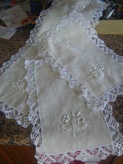 Mais um lindo jogo de panos em linho bordado à mão, com elegante picô, que realça ainda mais a beleza do branco!