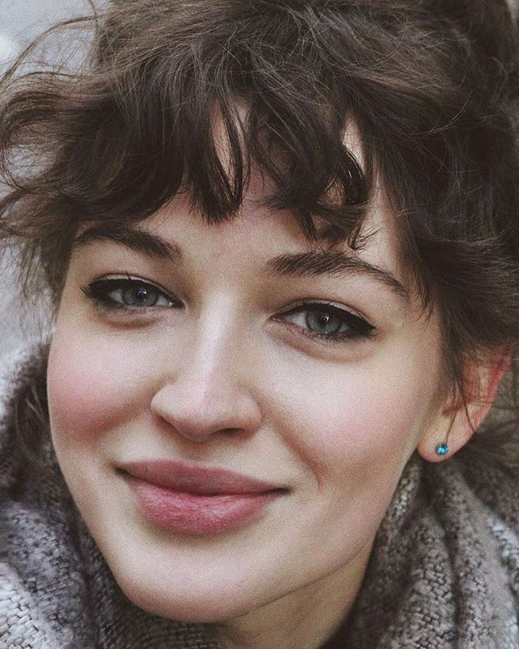I need to get these bangs! My hair wants to do this naturally so it would actually work out / tried relentlessly to keep straight bangs when I had them. #curlybangstrend curly bangs trend