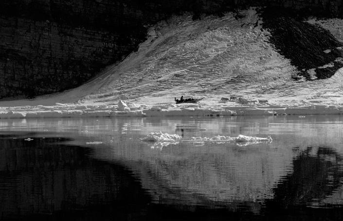 Dog sledge on Herbert Island, North Greenland 2001 © Ragnar Axelsson