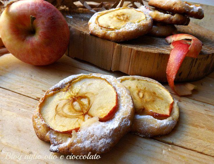 Questa è una versione un pò particolare di Biscotti alle mele!! La frolla è molto friabile appena fatta e morbida il giorno dopo