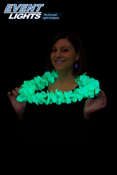 Hawaiiaanse fluo ketting Deze hawaiianse ketting is perfect voor elke #zomerfeest! De bloemen/bladjes lichten op in #UV/ #Blacklight