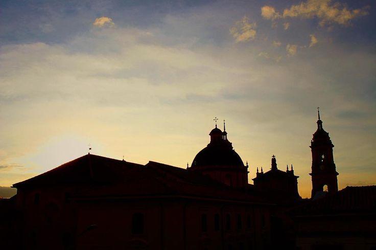 El contraste de la humanidad viva. #life #cathedral #love #memoirs #botd #bestoftheday #sky #sun #light #sunset #yellow #clouds #urban #architecture #centre #downtown #city #bogota #vsco #vscocam