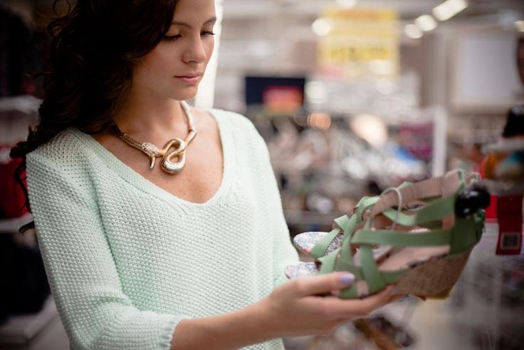 VANGUARD reporta buen gusto con Éxito _ Existen dos formas de comprar. Las mujeres con más estilo, los iconos, las más vanguardistas, tienden a enamorarse de piezas y luego sortean cómo combinarlas. Las más principiantes, sin embargo, pueden seguir el siguiente tip: tener al menos tres cosas en el armario con que combinar lo que encuentren.