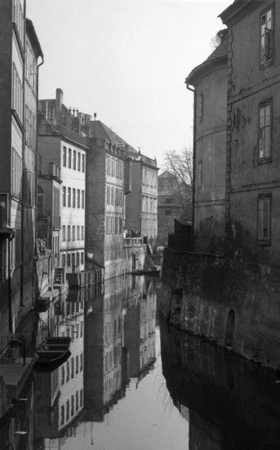 Čertovka (4429-1) • Praha, duben 1966 • | černobílá fotografie, odraz domů na hladině |•|black and white photograph, Prague|