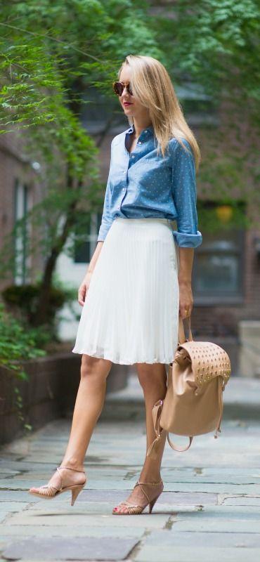 デニムシャツと白のフレアスカートは相性ぴったりの組み合わせ。40代アラフォー女性におすすめのフレアミニスカートコーデ♬