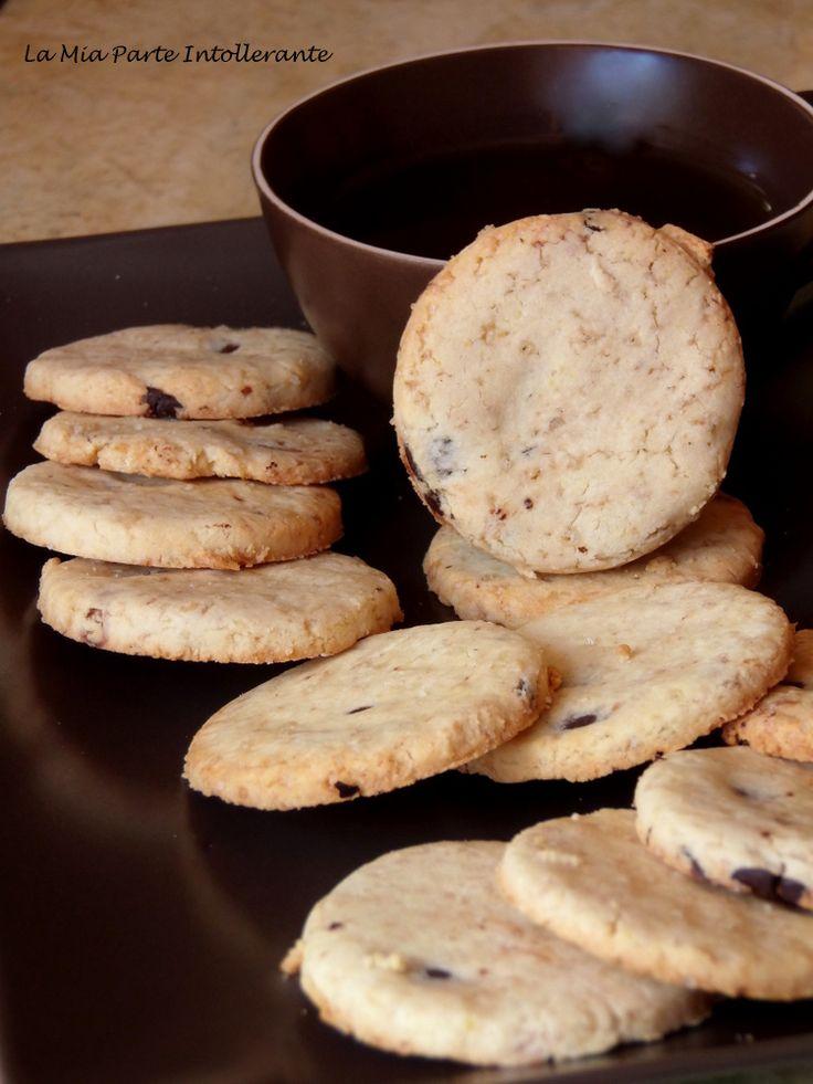 Cookies alle nocciole e gocce di cioccolato, senza glutine e lattosio.
