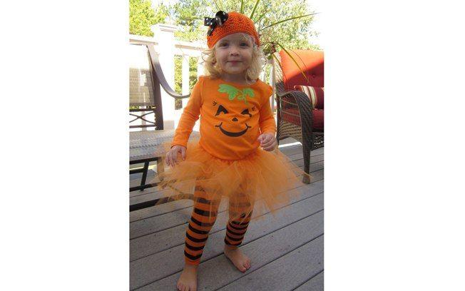 A camiseta decorada e a saia laranja de tule lembram uma abóbora divertida. Outra ideia que você pode fazer em casa!.