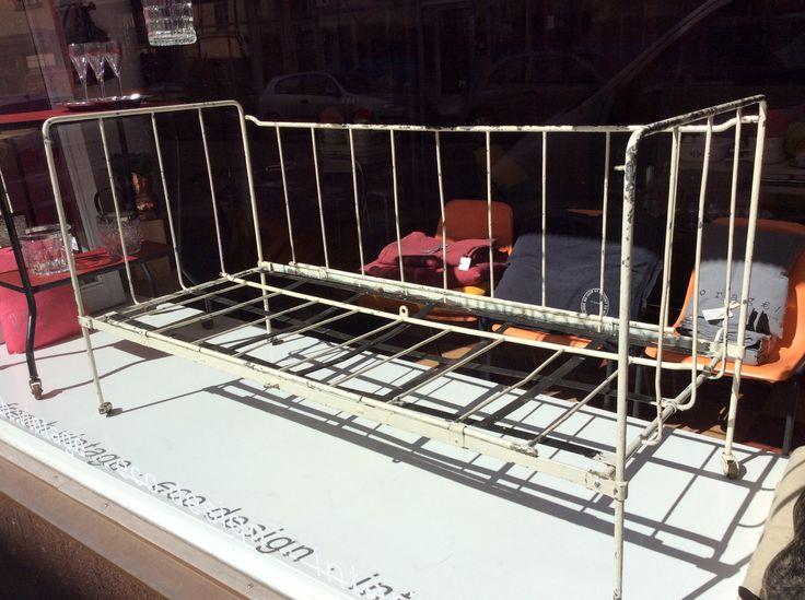 metallinen lasten sairaalapinnasänky, muunnettavissa sohvaksi (kuten kuvassa), voi daan varastoida litteänä, kork.75, lev.140, syv.60cm
