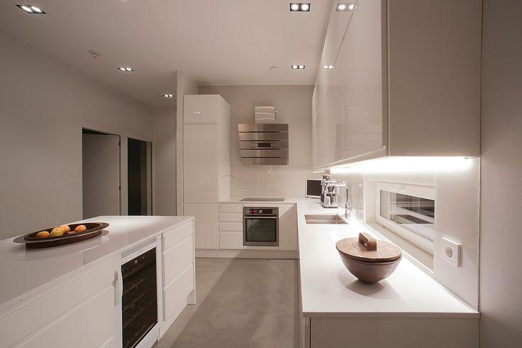 Lumivalkoinen keittiö taipuu moneksi. Kuvan vaaleassa ja valoisassa keittiössä ovina: Päätyripa, loistava puhdas valkoinen sekä tasona: valkoinen. www.toivekeittiot.fi