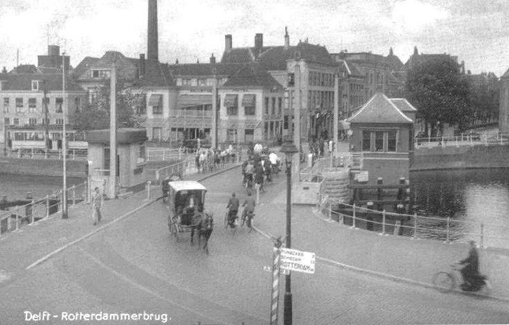 Rotterdammer Poortbrug, Delft De vlakke Rotterdamse Poortbrug verbond de Zuidwal/Oude Delft met de Scheepsmakerij/Kanaalweg. De brug is in 1978 gesloopt omdat de scheepvaart beter de bocht in de Kolk kon maken