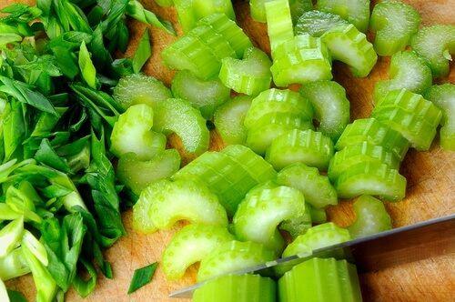 il sedano è un alimento ricco di proprietà benefiche per il nostro corpo. Scoprite perché e come assumerlo.