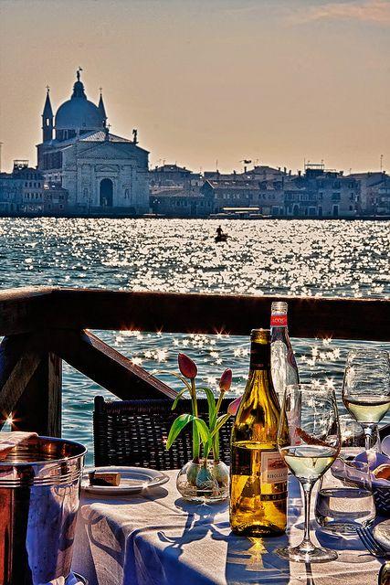 dinner  acompañado de un vino al aire libre. Venecia Italia