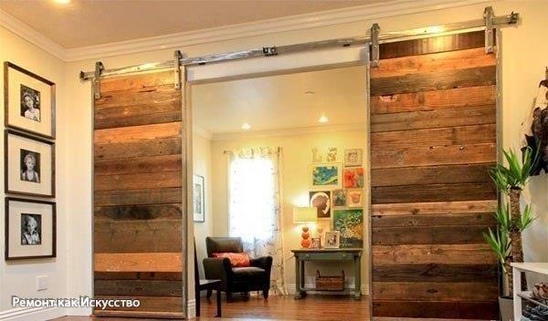 Деревянные двери своими руками    Совсем не обязательно покупать готовые двери, при наличии инструмента, их можно сделать своими руками, например, из досок. При желании, дверь можно покрасить или покрыть лаком.  Закрепить дверь можно на специальные направляющие, которые используются для шкафов-купе, их можно найти в магазинах мебельной фурнитуры.  Можно сделать, чтоб полотно двери открывалось в одну сторону, или сделать два полотна и двухстороннее открывание.  Повесив таким образом дверь, вы…