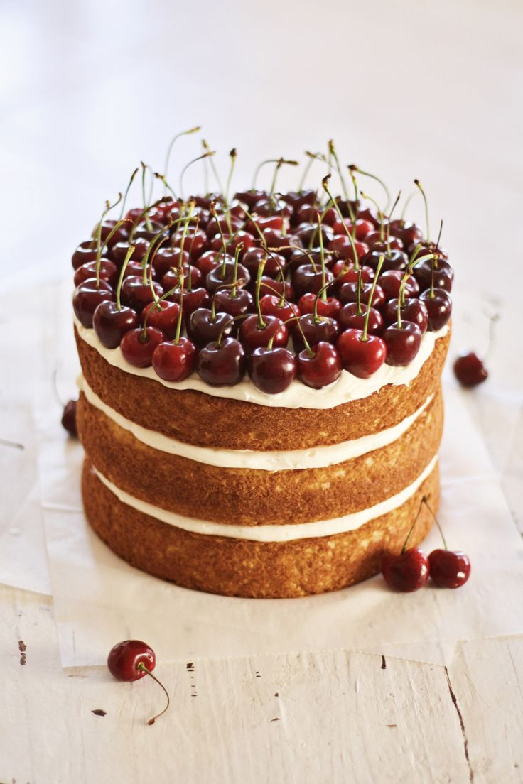 I'm doing something totally different around here today. My extremely  talented friend, Joanna Meyer from Baked By Joanna,is here to show you all  how to make a naked cake. I asked her to do a tutorial for you all because  let's face it, the one I did for my Garden Party Bridal Showerwasn't the