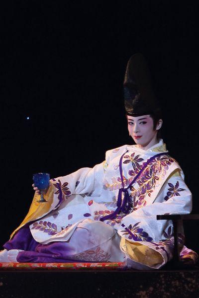 写真:「新源氏物語」公演から、光源氏役の明日海りお=撮影・岸隆子