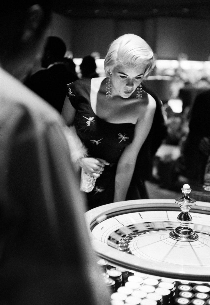 This Is What Vegas Looked Like In Its Glory Days. Jayne Mansfield tries her hand at roulette in 1955.