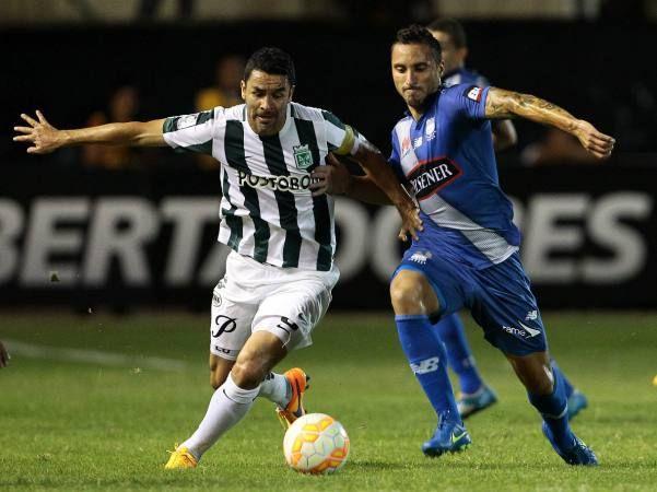 Alejandro Bernal (i) disputa el balón con Emanuel Herrera