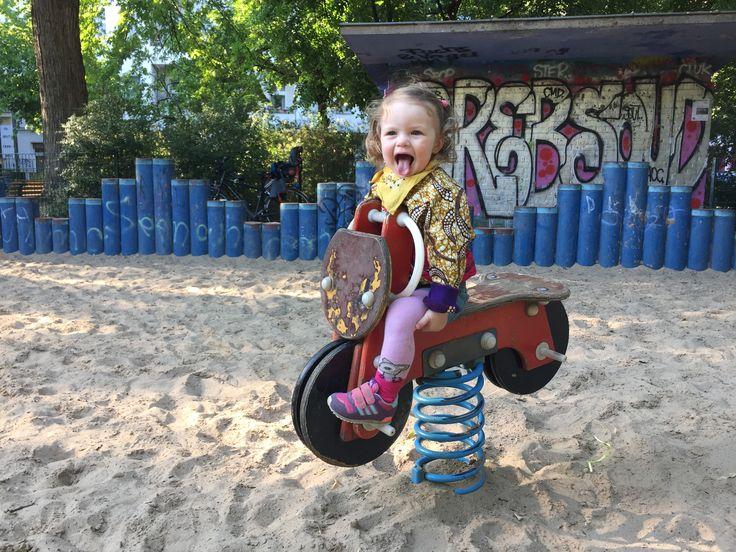 Izzy auf dem Spielplatz am Lausitzer Platz bei Mummy Mag